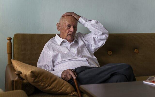Marek Dunin-Wasowicz, survivant du camp d'extermination nazi et témoin dans le procès de l'ancien garde SS Bruno Dey, lors de son interview avec l'AFP dans son appartement à Varsovie, en Pologne, le 16 juillet 2020. (Wojtek RADWANSKI / AFP)