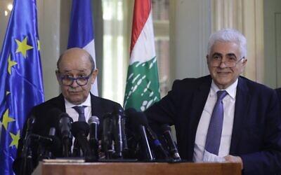 Le ministre français des Affaires étrangères Jean-Yves Le Drian (à gauche) et son homologue libanais Nassif Hitti donnent une conférence de presse conjointe à Beyrouth le 23 juillet 2020. (Crédit : JOSEPH EID / AFP)