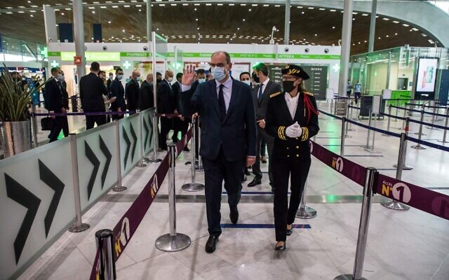 Le Premier ministre Jean Castex (gauche) avec la préfète délégué en charge de la sécurité des aéroports de  Roissy Charles de Gaulle, du Bourget et Sophie Wolferman, fait un signe de la main lors d'une visite à l'aéroport Roissy-Charles de Gaulle le 24 juillet 2020. (Photo par Christophe PETIT TESSON / POOL / AFP)