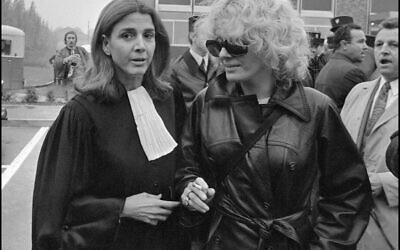 Cette photo prise le 11 octobre 1972 à Bobigny montre l'avocat et féministe française Gisele Halimi (gauche) avec l'actrice française Delphine Seyrig lors du procès de Marie-Claire Chevalier, accusée d'avortement illégal. (Photo par MICHEL CLEMENT / AFP)