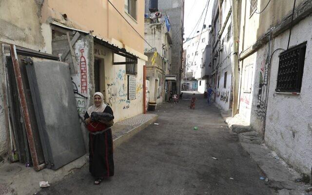 Une femme palestinienne descend une rue dans le camp de réfugié d'Amari à proximité de la ville de Ramallah en Cisjordanie, le 29 juillet 2020. (Photo par ABBAS MOMANI / AFP)