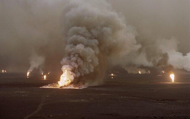 Cette photo prise le 1 avril 1991 montre une vue aérienne de puits de pétrole en flamme dans le champ pétrolier al-Ahmadi au Koweït, le champ a été incendié par les troupes irakiennes en retraite. (Photo par Pascal GUYOT / AFP)