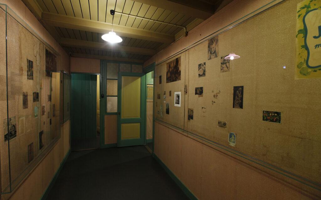Une pièce vide du musée de la Maison d'Anne Frank où elle et sa famille se sont cachées pendant deux ans pendant la Shoah à Amsterdam. (Collection de photos de la Maison d'Anne Frank/ via JTA)
