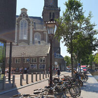 Le trottoir le long de la Maison d'Anne Frank, photographié le 26 juin 2020, est manifestement vide par rapport à son aspect habituel à Amsterdam. (Cnaan Liphshiz/ JTA)