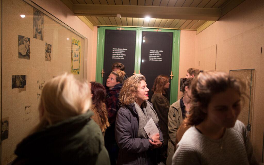 Des visiteurs découvrent la salle qui était celle d'Anne Frank au musée consacré à sa mémoire à Amsterdam, le 24 novembre 2016. (Collection de photos de la Maison d'Anne Frank/ via JTA)