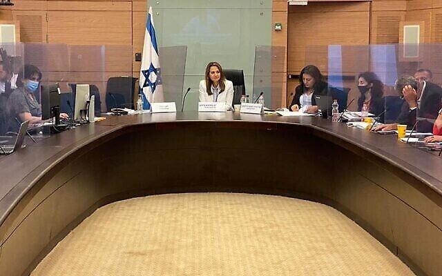 La députée Yifat Shasha-Biton préside la commission sur le coronavirus de la Knesset, le 17 juin 2020. (Instagram)