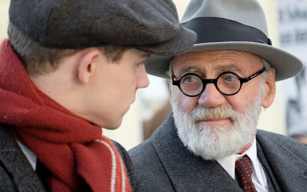 """Simon Morzé dans le rôle de Franz, et Bruno Ganz dans le rôle de Sigmund Freud dans """"The Tobacconist"""". (Petro Domenigg/ Epo Film/Glory Film)"""