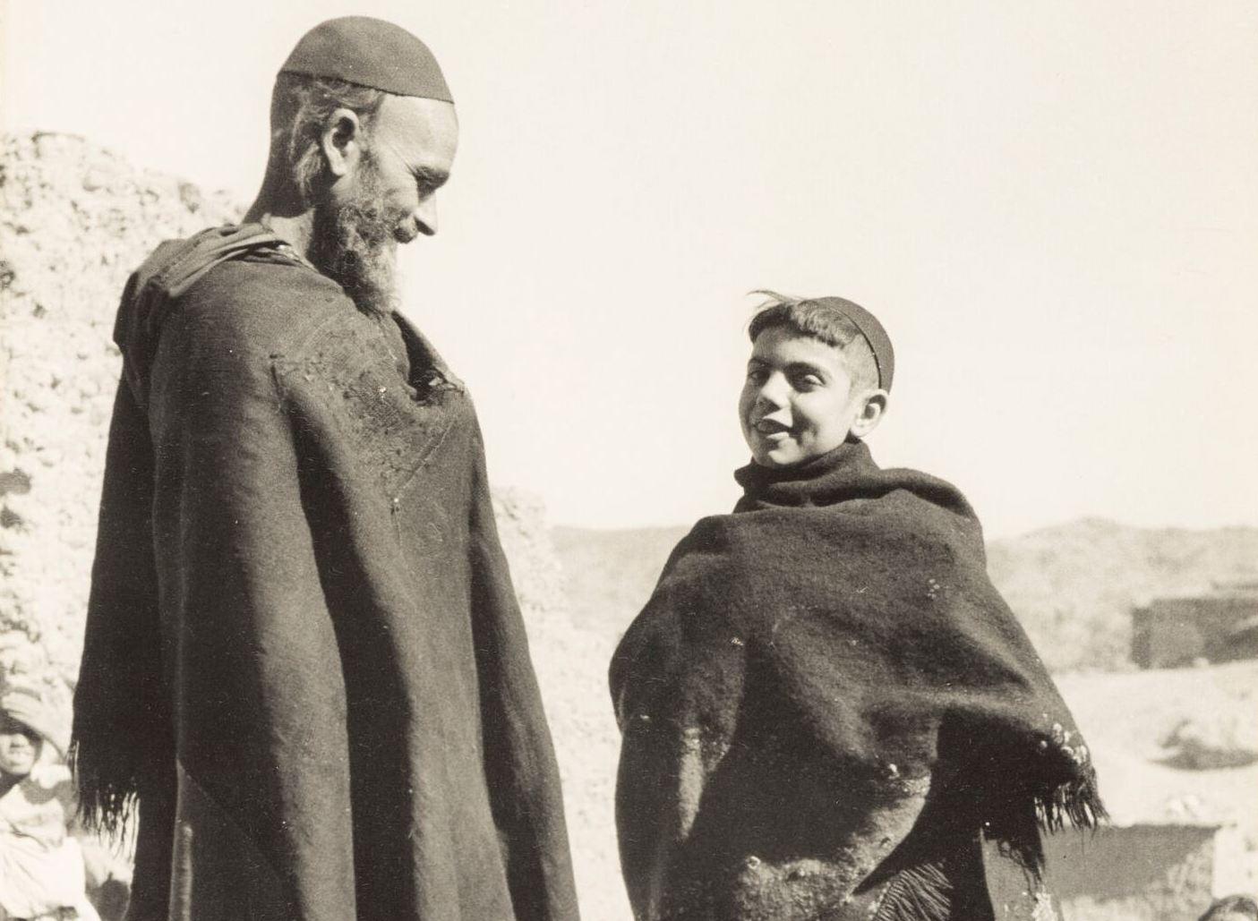Région de Tikirt, vallée du Draa. Homme et enfant en costume traditionnel. (Crédit : Collection Sarah Assidon-Pinson © Adagp, Paris, 2020)