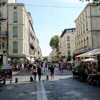 Larue de la République, principale artère de l'intra-muros d'Avignon. (Crédit : randreu / CC BY 3.0)