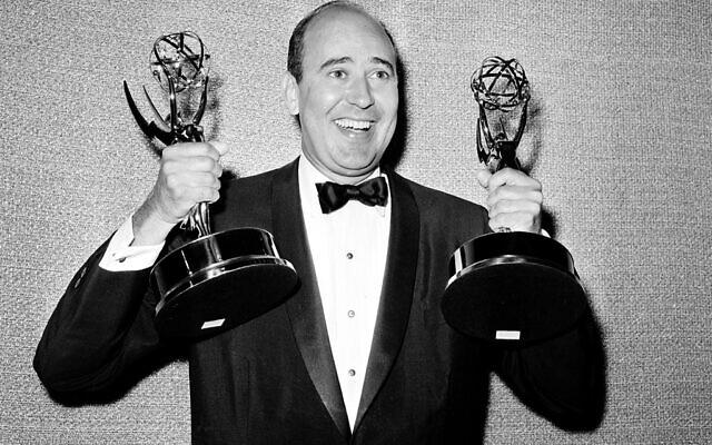 """Carl Reiner avec ses deux statues des Emmy du meilleur auteur de comédie pour son """"Dick Van Dyke Show"""", lors de la cérémonie annuelle des Emmy Awards à Los Angeles, le 26 mai 1963. (Crédit : AP)"""