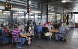 Des Israéliens dans un café d'Ariel en Cisjordanie, le 1er juillet 2020. (Crédit : JACK GUEZ / AFP)