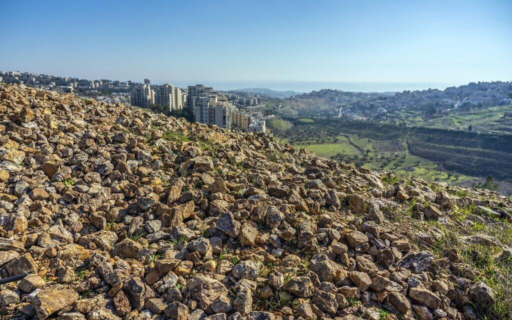 Mystérieux monticule de pierres : Les fouilles de l'Autorité israélienne des Antiquités sur les flancs du quartier d'Arnona à Jérusalem ont mis au jour un complexe administratif datant d'il y a 2700 ans. (Yaniv Berman, Autorité israélienne des Antiquités)