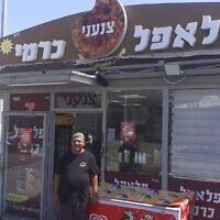 Le vendeur de falafels Yuval Carmi devant sa boutique, le 9 juin 2020. (Anat Peled / Times of Israel)