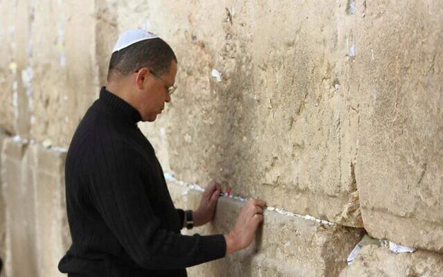 John Eaves, vu lors d'une visite au mur Occidental en Israël, dit que le fait d'être noir et juif l'a rendu plus conscient du fanatisme. (Avec l'aimable autorisation de Eaves/via JTA)