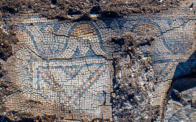 Sol en mosaïque d'une église de 1300 ans dans le village de Kfar Kama, près du Mont Tabor. (Alex Wiegmann, Autorité israélienne des Antiquités)