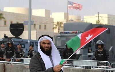 Un Jordanien participe à une manifestation organisée par les Frères musulmans et d'autres mouvements islamiques devant l'ambassade américaine à Amman, contre la déclaration du président américain reconaissant Jérusalem en tant que capitale d'Israël, le 13 décembre 2017. (Khalil Mazraawi / AFP)