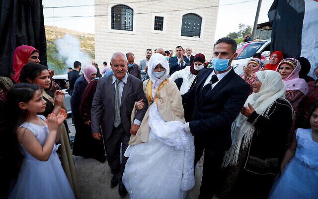 Illustration : un marié palestinien, Rafeh Qassim ,et son épouse célèbrent leur mariage avec presque aucun invité, à Ramallah, en Cisjordanie, le 18 avril 2020. (Crédit : Flash90)