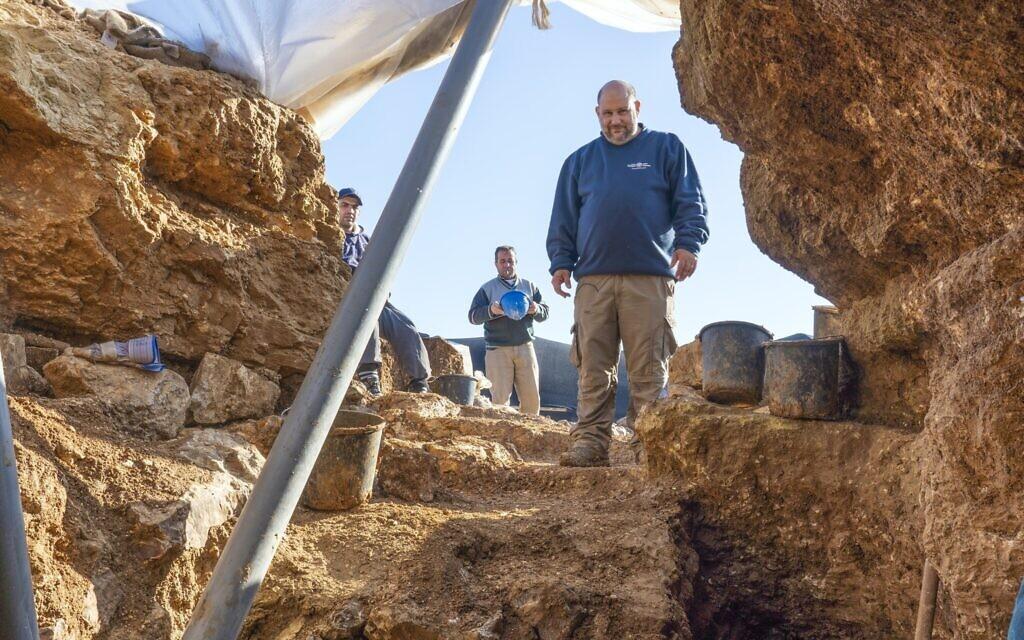 Nathan Ben-Ari, archéologue de l'Autorité israélienne des Antiquités, sur le site de fouilles à Arnona, Jérusalem, d'un centre administratif vieux de 2 700 ans. (Yaniv Berman, Autorité israélienne des Antiquités)