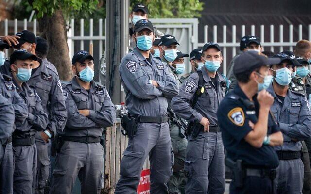 Des policiers israéliens montent la garde lors d'une manifestation devant la résidence officielle du Premier ministre à Jérusalem, le 17 juillet 2020. (Yonatan Sindel/Flash90)