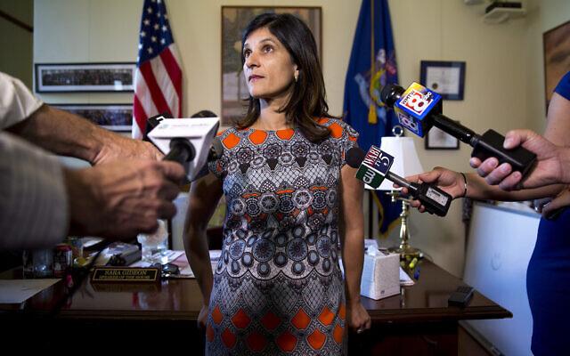 Sara Gideon s'adresse aux médias dans son bureau au Maine State House, le 3 juillet 2017. (Brianna Soukup/Portland Portland Press Herald via Getty Images/ via JTA)