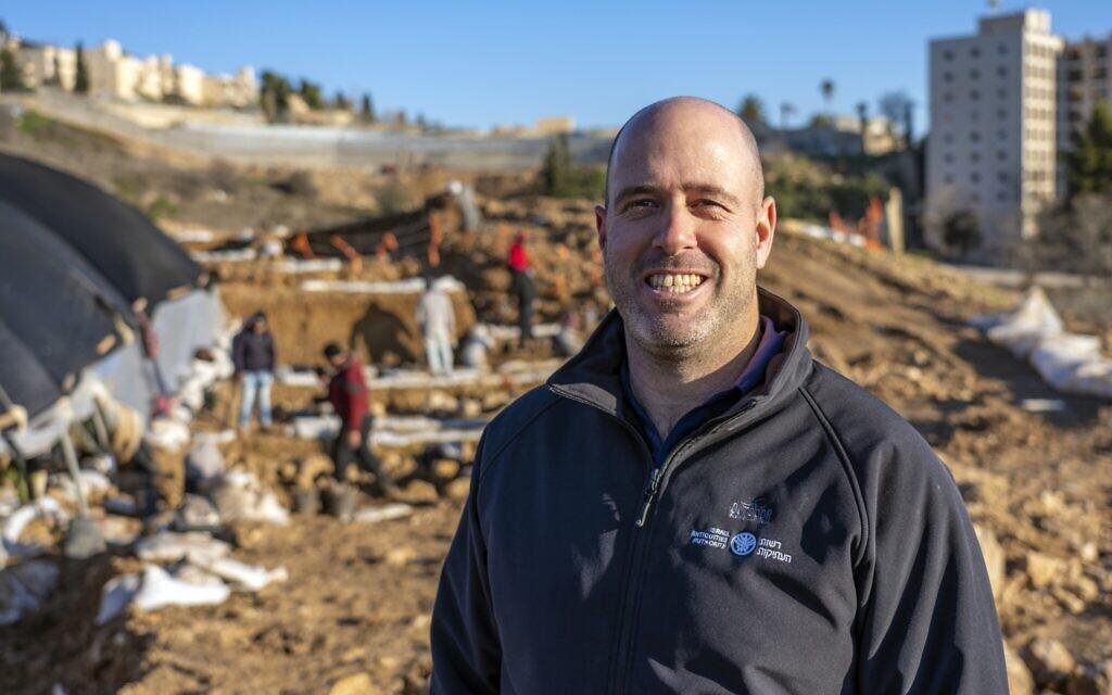 Neria Sapir, archéologue de l'Autorité israélienne des Antiquités, sur le site de fouilles à Arnona, Jérusalem, d'un centre administratif vieux de 2700 ans. (Yaniv Berman, Autorité israélienne des Antiquités)