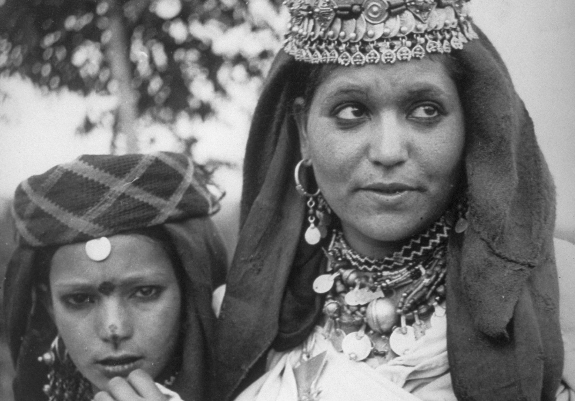 Kelaat M'Gouna, province de Tinghir, vallée du Todgha. Deux jeunes femmes en drapé blanc. (Crédit : mahJ © Adagp, Paris, 2020)