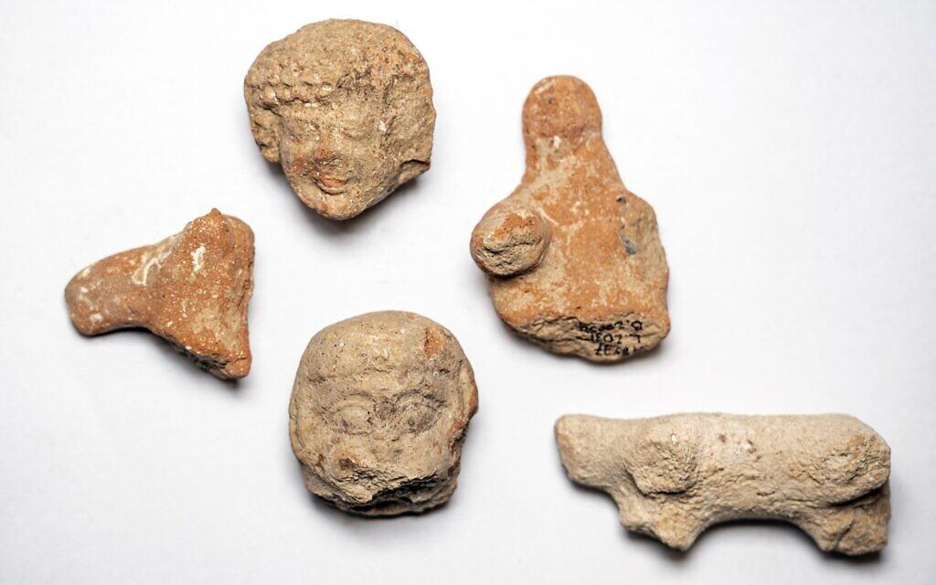 Figurines de femmes et d'animaux en argile trouvées sur le site de fouilles d'Arnona, à Jérusalem. (Yaniv Berman, Autorité israélienne des Antiquités)