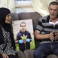 Les parents d'Iyad Halak, un Palestinien autiste mortellement blessé par les tirs de la police israélienne, avec Khiri, à droite, et sa mère Rana, pendant une interview à Jérusalem, le 3 juin 2020 (Crédit :  Mahmoud Illean/AP)