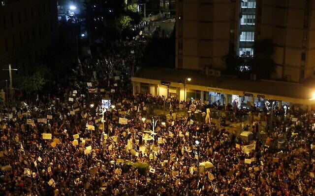 Des milliers de manifestants scandent des slogans et brandissent des pancartes lors d'une manifestation contre le Premier ministre israélien Benjamin Netanyahu devant sa résidence à Jérusalem, le samedi 25 juillet 2020. (AP/Ariel Schalit)