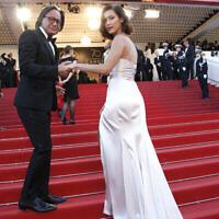Mohamed Hadid et Bella Hadid posent sur le tapis rouge avant une projection au 70e festival de Cannes, le 17 mai 2017. (Crédit : AP Photo/Thibault Camus)