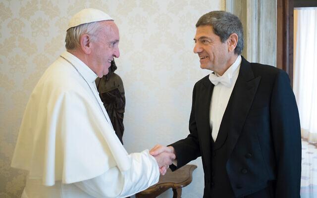 Photo d'illustration : Le pape François rencontre Oren David, nouvel ambassadeur israélien au Saint-Siège, lors de la présentation de sa lettre de créance, au Vatican, le 27 octobre 2016 (Crédit : L'Osservatore Romano/ANSA via AP)