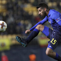 Dor Micha, du Maccabi Tel Aviv, contrôle le ballon lors d'un match de football de l'Europa League contre Villarreal au stade Ceramica de Villarreal, en Espagne, le 7 décembre 2017. (AP Photo/Alberto Saiz)