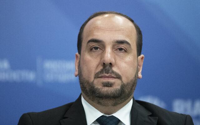 Le président de la commission de négociation de la Syrie Nasr al-Hariri s'exprime lors d'une conférence de presse à Moscou en Russie, le vendredi 26 octobre 2018. (AP Photo/Pavel Golovkin)