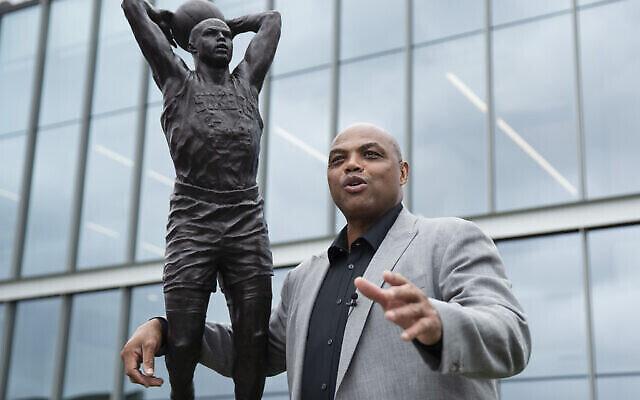Charles Barkley pose à côté d'une sculpture à son effigie au centre d'entraînement du club de NBA des Philadelphia 76ers, dans le Newy Jersey, le 13 septembre 2019. (AP Photo/Matt Rourke)