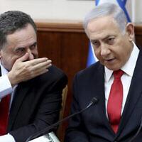 Le Premier ministre Benjamin Netanyahu, (à droite), écoute le ministre des Affaires étrangères Israel Katz lors de la réunion hebdomadaire du cabinet au bureau du Premier ministre à Jérusalem, le 27 octobre 2019. (Gali Tibbon/Pool Photo via AP)