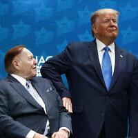 Le président américain Donald Trump (à droite) tape sur le bras de Sheldon Adelson, directeur général de la Las Vegas Sands Corporation et méga-donateur républicain, avant de s'exprimer lors du sommet national du Israeli American Council [Conseil Israélien Américain] à Hollywood, en Floride, le 7 décembre 2019. (Patrick Semansky/AP)