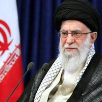 Le Guide suprême iranien, l'Ayatollah Ali Khamenei, s'adresse à la nation dans un discours télévisé marquant l'anniversaire de la mort en 1989 de l'Ayatollah Ruhollah Khomeini, le leader de la révolution islamique de 1979, à Téhéran, Iran, le 3 juin 2020. (Bureau du Guide suprême iranien via AP)