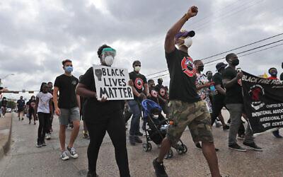 """Des manifestants défilent lors d'une manifestation """"Black Lives Matter"""" organisée par la Dallas Black Firefighters Association, le 19 juin 2020 à Dallas. (AP Photo/LM Otero)"""