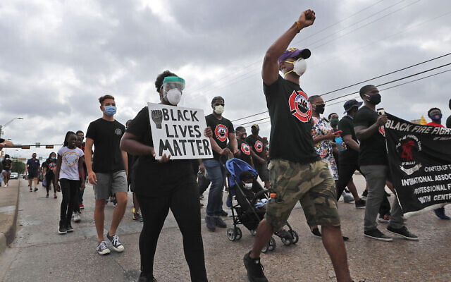 "Des manifestants défilent lors d'une manifestation ""Black Lives Matter"" organisée par la Dallas Black Firefighters Association, le 19 juin 2020 à Dallas. (AP Photo/LM Otero)"
