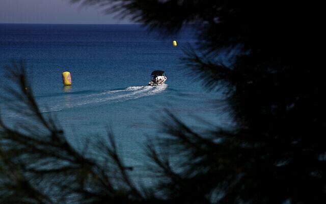 """Illustration : des plaisanciers sur un bateau au large de la plage """"Konnos"""", dans la station balnéaire d'Ayia Napa, à Chypre, le 20 juillet 2020. (Crédit : AP Photo/Petros Karadjias)"""
