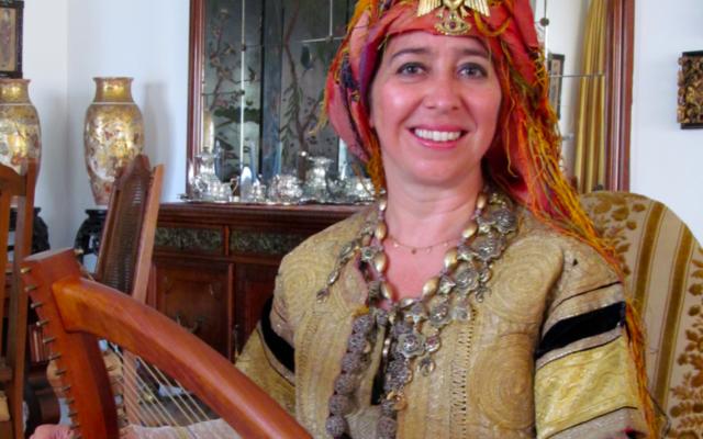 """Vanessa Paloma Elbaz portant une robe de la collection de Sonia Cohen Azagury à Tanger pour le film """"The Wandering Muse"""", Juillet 2012."""