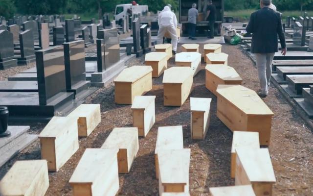 L'opération de réinhumation de 29 sépultures juives du cimetière de Valenton, dans le Val-de-Marne, à celui de Metz, dans l'est de la France, menée par l'l'ACIP Créteil. (Crédit : capture d'écran ACIP Créteil / Facebook)