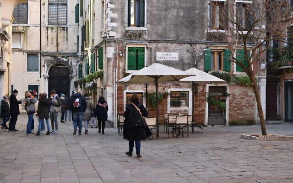 Des visiteurs sur la place du ghetto juif de Venise (Crédit : Paolo Raccanelli)