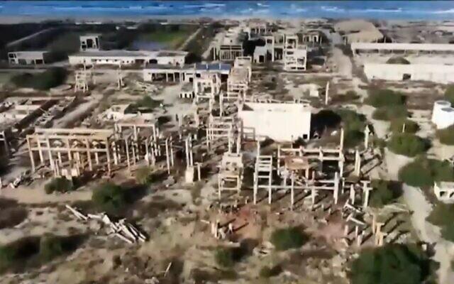 Vue aérienne des ruines de l'usine de l'Electrochemical Industries Company , à proximité d'Akko, dans le nord du pays (Crédit : Hillel Tatro/Capture d'écran Treizième chaîne)