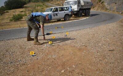Les soldats de la FINUL inspectent un site touché par des munitions israéliennes pendant une attaque déjouée sur la frontière entre Israël et le Liban, le 29 juillet 2020 (Crédit : FINUL)