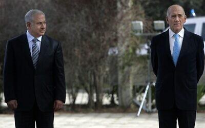 Benjamin Netanyahu (à gauche) et Ehud Olmert lors d'une cérémonie de passation des pouvoirs du Premier ministre, à la Résidence du Président à Jérusalem, le 1er avril 2009. (Daniel Bar On/Pool/Flash90)