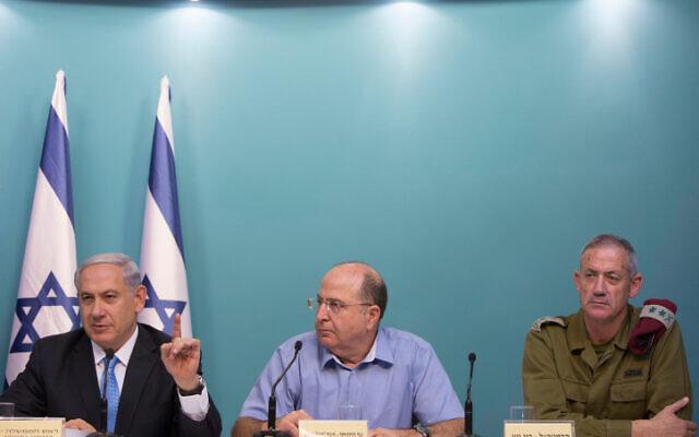 Le Premier ministre israélien Benjamin Netanyahu, (à gauche), l'ex-ministre de la Défense Moshe Yaalon (au centre), et l'ex-chef de Tsahal Benny Gantz lors d'une conférence de presse à Jérusalem, le 27 août 2014. (Yonatan Sindel/Flash90)