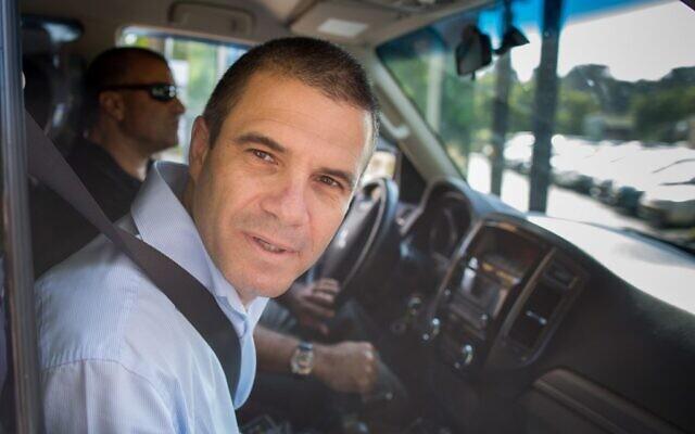 Gal Hirsch, un ancien brigadier-général de l'armée israélienne qui avait été pressenti pour être le prochain chef de la police israélienne, arrive pour témoigner devant la commission Turkel chargée d'examiner sa nomination au bureau du Premier ministre à Jérusalem, le 1er septembre 2015. (Yonatan Sindel/Flash90)