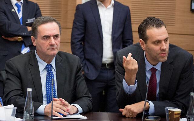 Le ministre des Transports de l'époque, Israel Katz (à gauche) et le député Miki Zohar lors d'une réunion de commission de la Knesset à Jérusalem, le 23 mars 2016. (Yonatan Sindel/Flash90/Fichier)