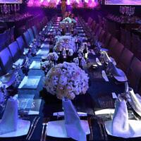 Des tables de mariage dans une salle de réception. (Crédit : Yaakov Naumi/Flash90)